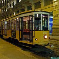 Milano, Via Tommaso Grossi angolo Piazza Cordusio. Veduta notturna di un vecchio tram del 1924 in partenza, Милан