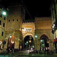 Milano, Corso di Porta Ticinese angolo Via Molino alle Armi. Particolare veduta notturna dellingresso medioevale di Porta Ticinese, Милан