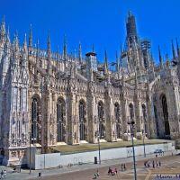 Milano, Piazza del Duomo. Particolare veduta laterale destra del tempio gotico milanese, Милан