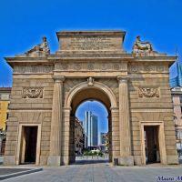 Milano, Piazza XXV Aprile angolo Via Francesco Crispi. LArco delle Vittorie Comensi con i nuovi grattacieli del centro direzionale sullo sfondo, Милан