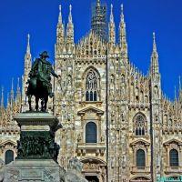 Milano, Piazza del Duomo. Veduta del tempio gotico milanese con il monumento a Vittorio Emanuele II, Милан