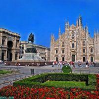 Milano, Piazza del Duomo. Veduta del tempio gotico milanese con i giardini in primo piano, Милан