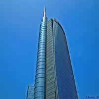 Milano, Piazza Gae Aulenti. Particolare veduta prospettica laterale del grattacielo dellUniCredit, Милан