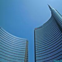 Milano, Piazza Gae Aulenti. Veduta frontale del grattacielo dellUniCredit con la guglia, Милан