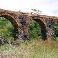 parte di un antico acquedotto, allinterno di Parco Gioeni, Catania, Катания