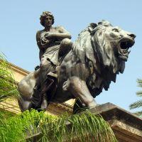 Palermo - Teatro Massimo Vittorio Emanuele - leone in bronzo con allegoria della Tragedia 1897-*, Палермо