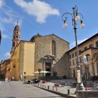 Arezzo: Piazza della Badia e Via Cavour. Al centro la Badia delle Sante Flora e Lucilla. (19-08-2010), Ареццо