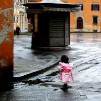 Pink raincoat, Пиза