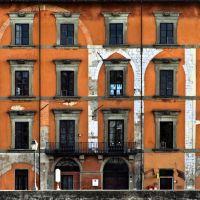 Edificio de viviendas en Pisa. Vía Lungarno Gambacorti. Orilla del río Arno., Пиза