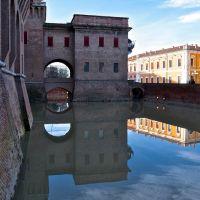 Riflessi nel fossato del castello di Ferrara, Феррара