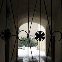 cancello, androne, cortile innevato. Piacenza, Пьяченца
