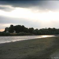 a passeggio sulla spiaggia dellisolotto Maggi, Пьяченца