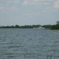 Озеро. Пассажирский катер заходит в гавань, Темиртау