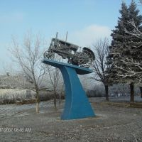 Monumental traktor in Komysh-Zoria (camera facing North from exact position), Куйбышевский
