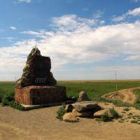 Монумент в начале дороги к мавзолею святого Ыргызбая-аты. Monument at the trailhead to Yrgizbai-ata the Saint mausoleum., Кокпекты