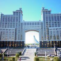 Головной офис Казмунайгаза на заднем плане Хан Шатыр, Астана, Казахстан, Астана