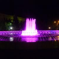 Ночной фонтан фиолетового цвета, Уральск