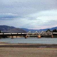 train passing over Thompson River Train Bridge, Камлупс