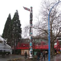 Beautiful totem pole in the harbour., Норт-Ванкувер
