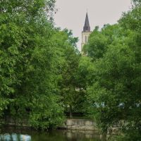 Anglican Church Spire Watches Over The Avon River, Стратфорд