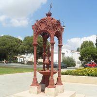 Érdekes, valószínű vallási emlékművecske az Archeológiai Múzeum előtt, Ларнака