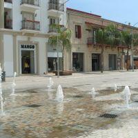 Kedves kis tér a bevásárló utcákkal közrefogva, Ларнака