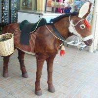 Ciprus egyik kedvenc állatának eredetihez nagyon hasonlító mása egy játékbolt előtt, Ларнака