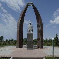 Могила Хусейна Карасаева и памятник (июнь 2013г.), Пржевальск