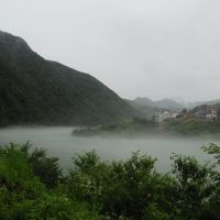 乌溪江电站发电下来的水温比较低,下游江面常起一层薄雾。右侧的小山村就是我当年插队下乡的地方 -- 湖南公社破石大队第十小队, Иянг