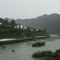 大楼 -- 当年乌溪江电站工地唯一有楼房的地方,远处的江面就是我们当年游泳的地方, Иянг