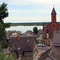 Widok z z góry zamkową na kościół i jezioro, Браслав