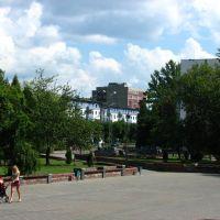 У здания ДКН  Новополоцк Молодежная 76 (июль 2010), Новополоцк