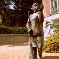 Помнік жанчыне дворніку ... Monument of the woman janitor, Гомель
