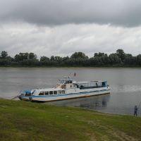 Теплоход ПТ-02 возле берега, Лоев