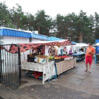 Open market with US flag used as a tent, Светлогорск