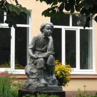 Скульптура у школы, Хойники