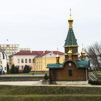 Свято-Варваринская часовня, на заднем плане памятник святой Софии Слуцкой, Слуцк