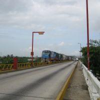 El tren viene y sube al puente del Río Coatzacoalcos, Коатцакоалькос