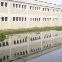 El edificio UGM reflejado en el lago, Косамалоапан (де Карпио)