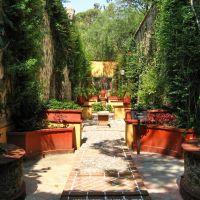 The narrow walled roman garden, Валле-де-Сантъяго