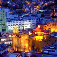 Hermosa Vista Nocturna de la Basílica de Guanajuato y La Universidad en Guanajuato Capital, México, Валле-де-Сантъяго