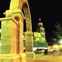 Nocturna (Arco de Monclova en la plaza principal, Монклова