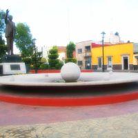 Fuente y estatua del Dr. Salvador Nava M. sobre Av. Reforma., Сан-Луис-Потоси