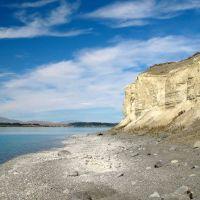 The shoreline underneath the white bluffs of Lake Tekapo., Гор