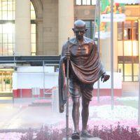 Mahatma Ghandi; Life size bronze outside Wellington Railway Station, Ловер-Хатт