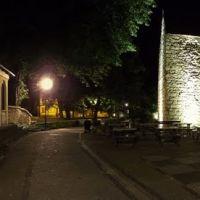 Bolesławiec nocą, fragment dawnych murów miejskich na wysokości ul. Zacisze, Болеславец