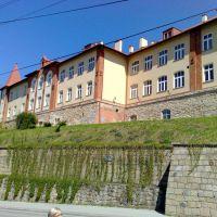 Krosno - ul.Podwale  (dolna część muru to fragment murów obronnych, Кросно