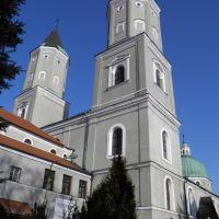 Klasztor ss. Benedyktynek w Jarosławiu - wyniosłe wieże kościoła Św. Mikołaja i Bp. Stanisława, Ярослав