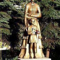 Suwałki - odnowiony pomnik Marii Konopnickiej w parku jej imienia, Сувалки