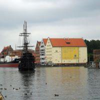 Czarna Perła na Motławie, po prawej Centralne Muzeum Morskie, Гданьск